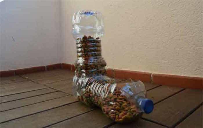 Comedero automático hecho con botellas de plástico