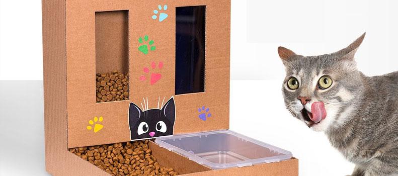 Un comedero para gatos hecho con cartón