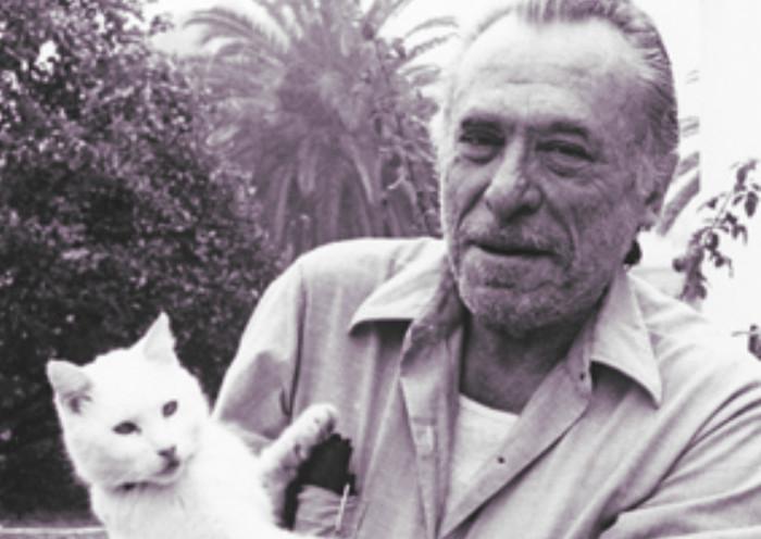 Bukowski con su gato al cuál escribió una frase bonita