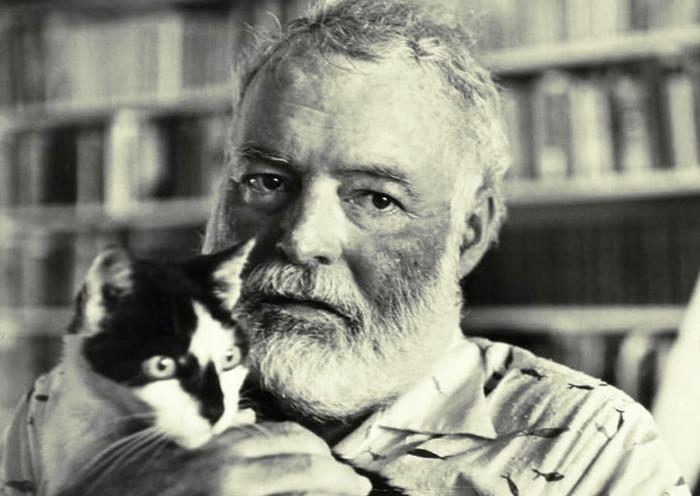 Hemingway con su gato al que dedicó alguna frase