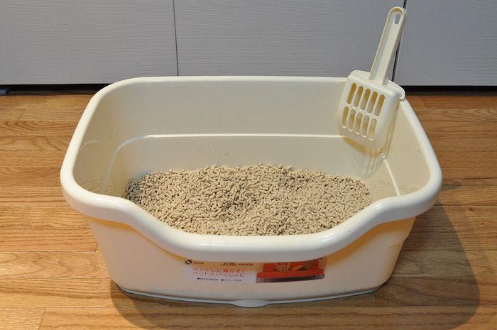 Bandeja de arena aglomerante para gatos limpia